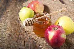Honig mit Apfel für Rosh Hashana Lizenzfreies Stockfoto