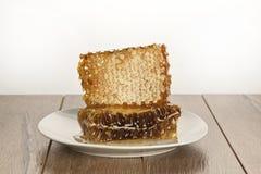 Honig mit Bienenwabe auf Holztisch Lizenzfreies Stockbild