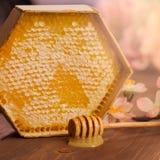 Honig mit Bienenwabe auf Holztisch Lizenzfreie Stockfotos