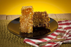 Honig mit Bienenwabe auf Tabelle Stockfotos