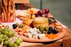 Honig mit Birne und Käse Stockfoto