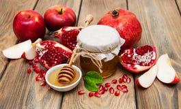 Honig mit Granatapfel und Äpfeln Lizenzfreie Stockbilder