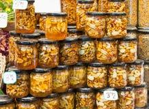 Honig mit Nüssen in den Glasdosen lizenzfreie stockfotografie