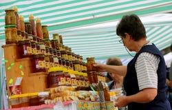 Honig mit Nüssen und Früchten Stockfotos