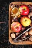 Honig, Nüsse und Äpfel Stockfoto