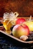 Honig, Nüsse und Äpfel Stockbild