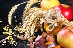 Honig, Nüsse und Äpfel Stockfotos