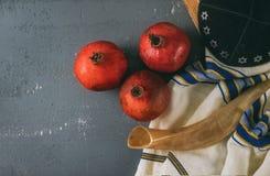 Honig und Äpfel auf jüdischem torah Feiertag Rosh Hashanah Buch, kippah ein yamolka talit lizenzfreie stockbilder