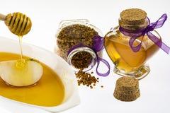Honig- und Blütenstaubglas mit Bratenfetthonig Stockfoto