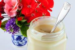 Honig und Blumen Stockbild