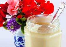 Honig und Blumen Stockfotos