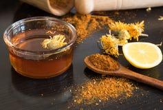 Honig und Gewürze auf dunkler Tabelle Lizenzfreie Stockbilder