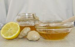 Honig und Gewürze auf einer Holzoberfläche Stockfotos