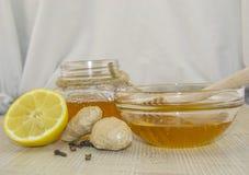 Honig und Gewürze auf einer Holzoberfläche Stockfoto