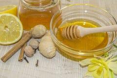 Honig und Gewürze auf einer Holzoberfläche Lizenzfreie Stockfotografie