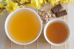 Honig und grüner Tee K?nstliche gelbe Blumen lizenzfreie stockbilder