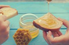 Honig und Honigzus?tze f?r seinen Gebrauch auf einem blauen h?lzernen Hintergrund stockbilder