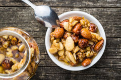 Honig und Nüsse in der Schüssel Stockbilder