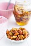 Honig und Nüsse in der Schüssel Lizenzfreie Stockfotografie