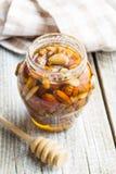 Honig und Nüsse im Glas Lizenzfreies Stockbild