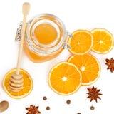 Honig und orange Scheiben lokalisiert auf weißem Hintergrund Flache Lage, Lizenzfreies Stockbild
