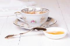 Honig und Schale mit Tee Stockbilder