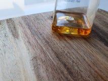 Honig, weißer Küchenraum Honigflasche auf hölzernem hackendem Brett, Honigabschluß oben im Küchentisch stockfoto