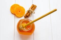 Honig, Zimt und Orangen am weißen Holz Lizenzfreie Stockfotos