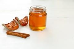 Honig, Zimt und trockenes bael tragen auf weißem Hintergrund Früchte Lizenzfreie Stockbilder