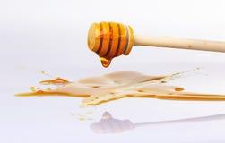 Honigbratenfett vom hölzernen Schöpflöffel für Honig Stockbild