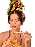 Honiggesichtsmaske mit frischen Früchten für Haar und Haut auf Frau gehen voran Lizenzfreie Stockfotografie