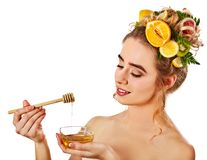 Honiggesichtsmaske mit frischen Früchten und Bienenwaben für Haar Lizenzfreies Stockbild