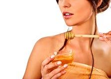 Honiggesichtsmaske mit frischen Früchten und Bienenwaben für Haar Stockfotos