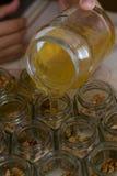 Honiggießen stockfoto