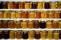 Honiggläser auf einem Regal Lizenzfreie Stockfotografie