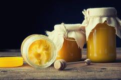 Honiggläser Cristallized-Honig Stockfotografie