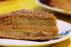 Honigkuchen auf einer Platte auf einem gelben Hintergrund stockfotos