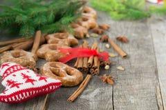 Honigkuchen mit Gewürzen auf einem hölzernen Hintergrund Weihnachtencompos Stockfotografie