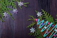 Honigkuchen verziert mit mehrfarbiger Zuckerglasur als Weihnachtsbaum lizenzfreies stockbild