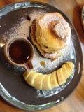 Honigpfannkuchen mit Banane lizenzfreie stockfotos