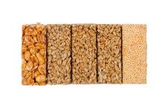Honigstäbe. Erdnüsse, indischer Sesam und Sonnenblumensamen lizenzfreies stockfoto