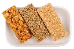 Honigstäbe mit Erdnüssen, indischer Sesam lizenzfreie stockfotos