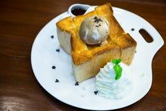 Honigtoast mit Eiscreme, Ahornsirup und Zucker Stockfotografie