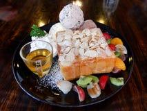 Honigtoast mit Eiscreme und Frucht Lizenzfreies Stockbild