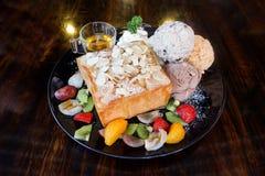Honigtoast mit Eiscreme und Frucht Stockfoto
