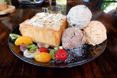 Honigtoast mit Eiscreme und Frucht Stockbild