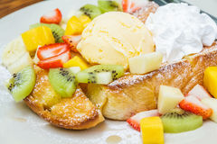 Honigtoast mit Frucht Stockfotos