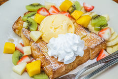 Honigtoast mit Frucht Lizenzfreies Stockfoto