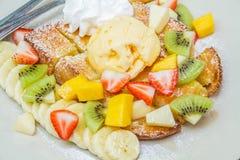Honigtoast mit Frucht Stockfoto
