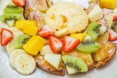 Honigtoast mit Frucht Lizenzfreie Stockfotografie